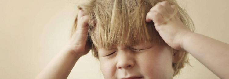 Что делать, если ребенок бьет себя по голове