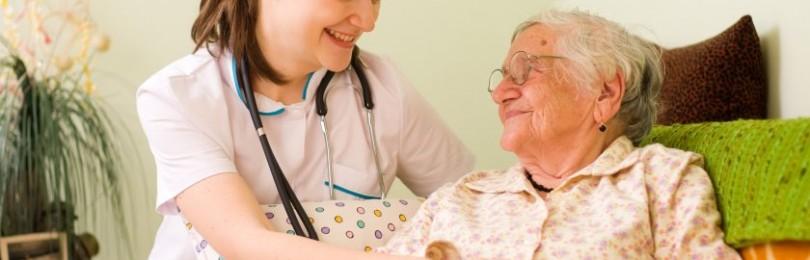 Как правильно осуществлять уход за пожилыми людьми?