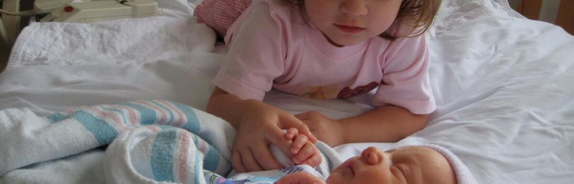 Что делать, если старший ребенок не рад появлению младшего: советы доктора Комаровского
