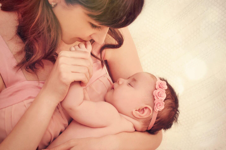 Причины носить ребенка на руках