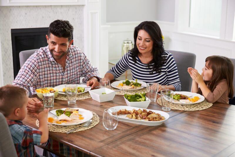 Как выбрать обеденный стол: советы и рекомендации
